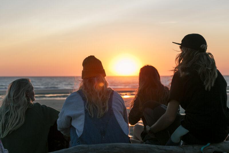 Zonsondergang op het strand bij het Ripstar surfcamp