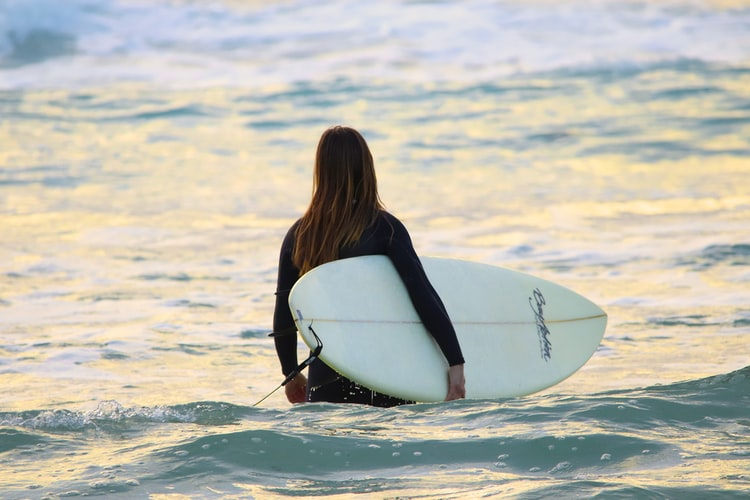 Nederlandse vrouwen die surfen